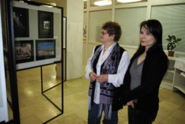 Danka Haviarová a Anna Macháčková (vľavo) pri prehliadke fotografií kolegov.