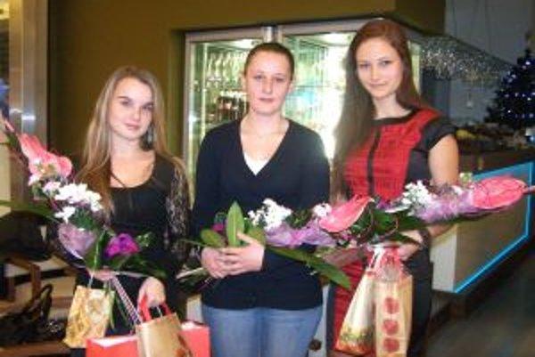 Vpravo víťazka ankety Antónia Renáta Ševčíková, vľavo bronzová Zuzana Holecová a uprostred Nikola - sestra druhej Kataríny Kubisovej, ktorá na odovzdávanie cien nemohla prísť.