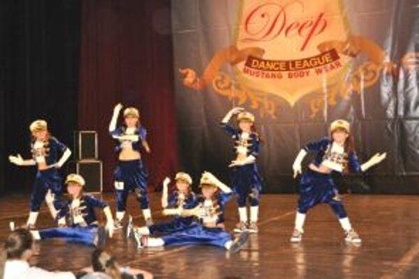 Zlatá detská hip hop skupina. Zľava: T. Vrabcová, A. Kašubová, N. Verešová, M. Komlóssyová, K. Vavrečanová, V. Chovancová, T. Spišáková.