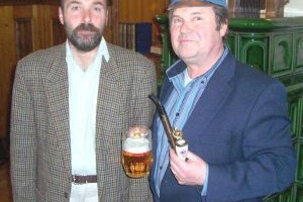Autor so spisovateľovým vnukom Richardom Haškom (vpravo) v Lipnici nad Sázavou.