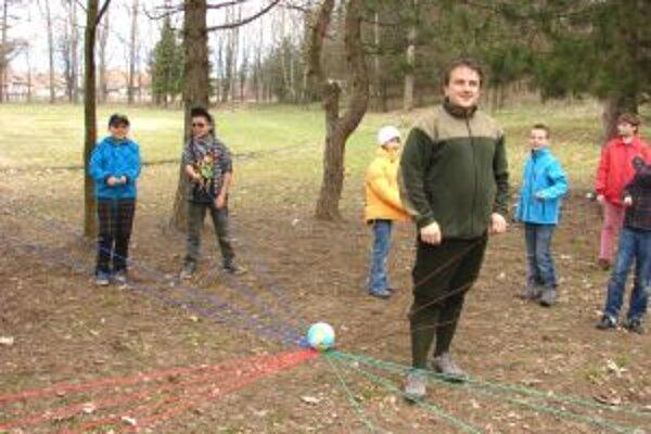 Pri náučných hrách žiakom pomáhali ochranári prírody.