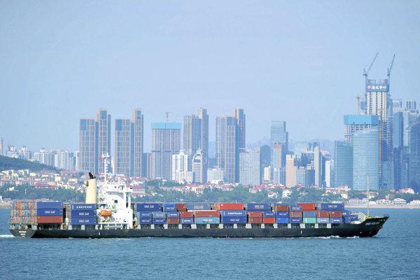 Kontajnerová loď sa plaví v čínskom meste Čching-tao.
