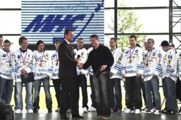 Pred štyrmi rokmi takto A. Hrnčiar gratuloval hokejistom k tretiemu miestu. Zopakujú si to ešte?