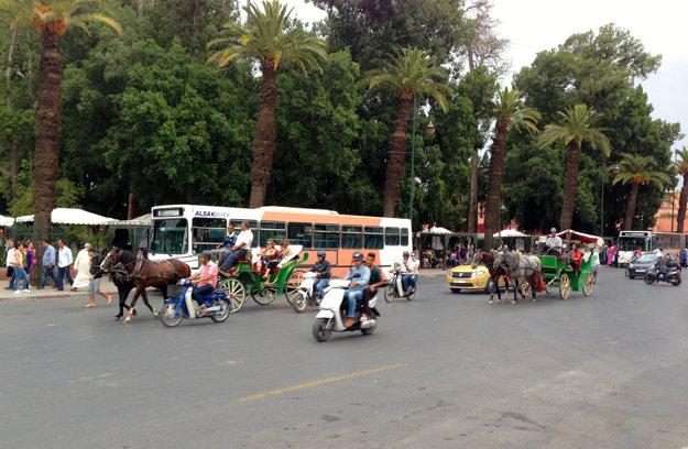 Typická doprava v Medine, centre Marakéšu.
