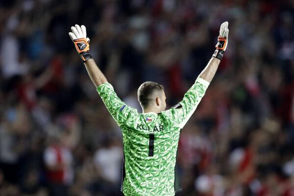 Brankár Slavie Praha oslavuje víťazný gól Jaromíra Zmrhala.