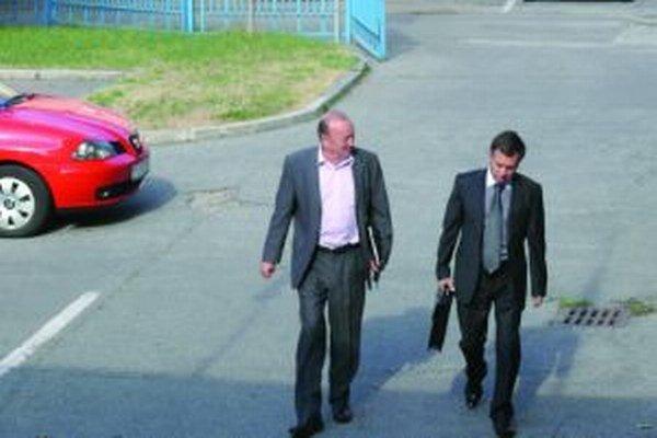 Pred budovou súdu. Viceprimátor Milan Malík prichádza na pojednávanie s právnym zástupcom mesta Martin Jánom Mrazovským.