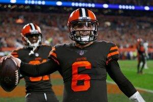 Quarterback Baker Mayfield z tímu Cleveland Browns oslavuje dlhoočakávané víťazstvo.