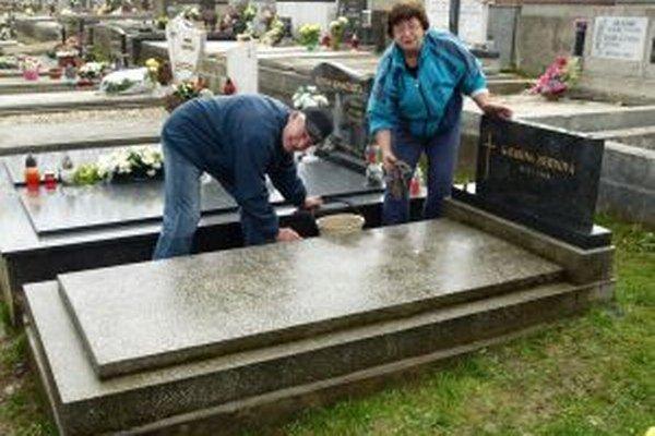 Ivan a Eva Goldbergovci čistia hroby príbuzných nielen na dušičky.