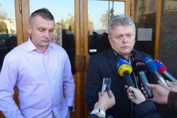 Ján Kvorka (vľavo syn Miroslav) pred novinármi tvrdil, že kauza bola vykonštruovaná.
