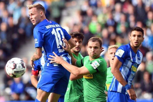 Ondrej Duda (vľavo) hlavičkuje v sobotňajšom zápase 4. kola nemeckej Bundesligy Hertha Berlín – Borussia Mönchengladbach.