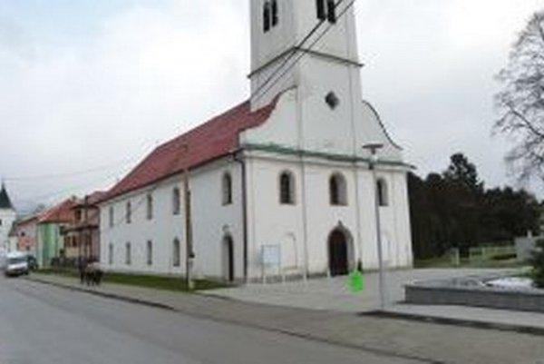 Rekonštrukcia námestia si vyžiadala dočasné zvesenie brány okolo kostola.