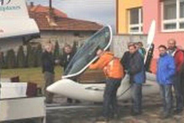 Plachtári obdivovali v Dražkovciach najnovší model vetroňa Shark.