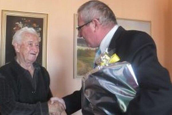 Primátor Miroslav Mazúr blahoželá Róbertovi Zacharidesovi k jubileu.
