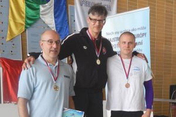 Zlatú medailu si Braňo Hakel vyplával aj v disciplíne 100 m prsia časom 1:13.22.