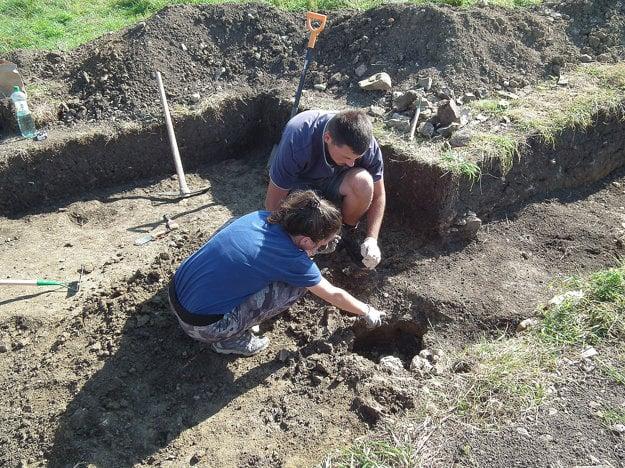 Na Ostražici kopali aj študenti. Na foto Timea z Bratislavy a Filip z Košíc.