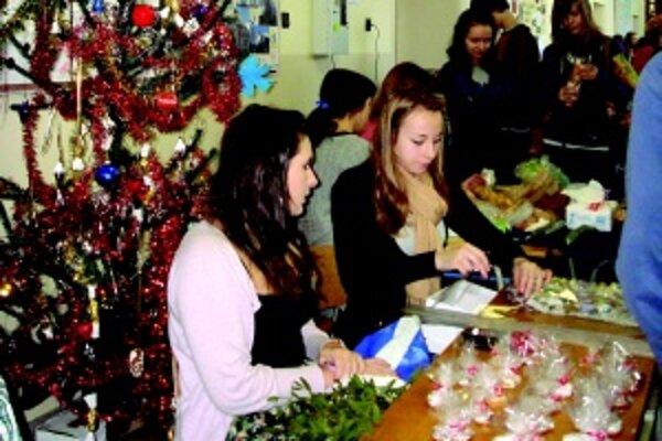 Na gymnáziu sú vianočné trhy veľmi populárne.