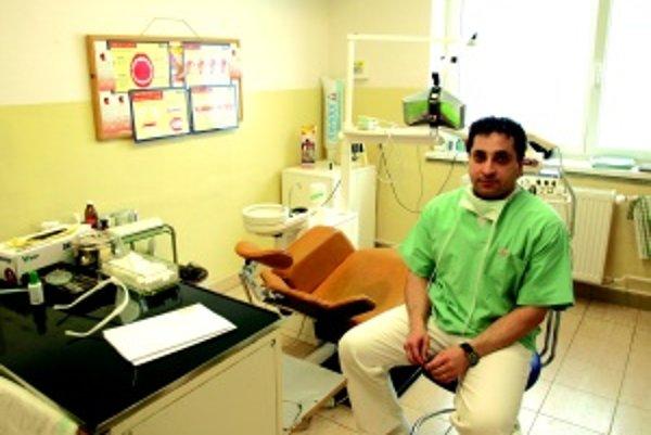Nová posila. Stomatológ Alaa Abu Shareia bude mať v budove polikliniky súkromnú ambulanciu.