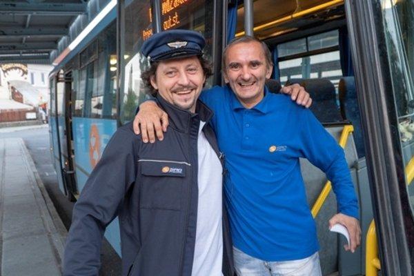 Revízor Lukáš Latinák spríjemňoval deň cestujúcim v autobusoch.