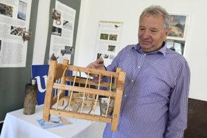 Anton Blaho ukazuje klietku, do ktorej sa chytali vtáky drozdy čvíkotavé.