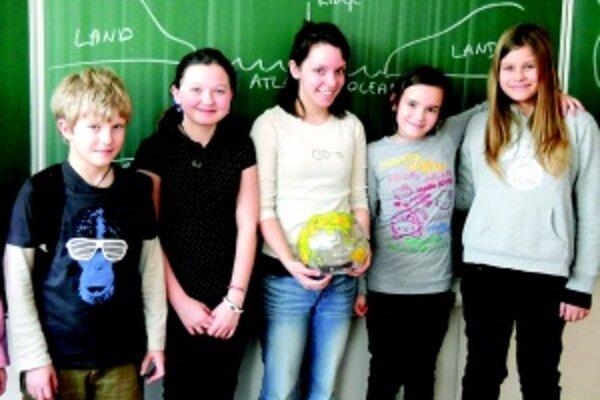 Rozumejú si. Mladá učiteľka Emily (v strede) so svojimi žiakmi.