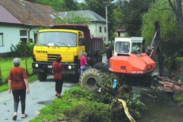 Pred rokom. Na Sklenom čistili potok, ktorý spolu s dažďovou vodou zaplavil obec.