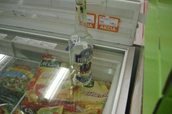 Polícia našla pri tele podozrivého prázdnu fľašu.