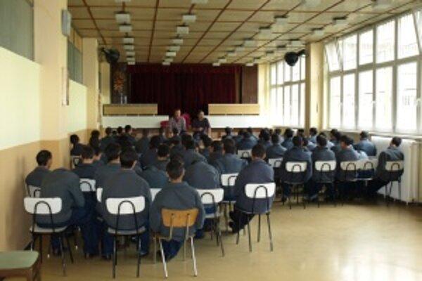 Na prednáške v spoločenskej miestnosti bol prítomný aj zahraničný lektor.