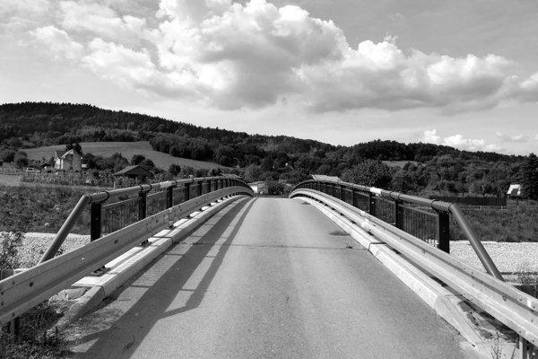 Jediný prejazdný most ponad bardejovský juhozápadný obchvat tráli záhradkárov aj družstevníkov. (FOTO: MARIO HUDÁK)
