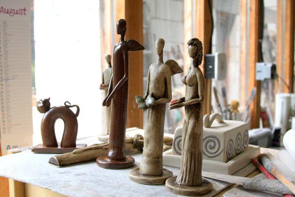 Výrobky zkeramiky vdielni pri obci Zlaté. (FOTO: MARIO HUDÁK)