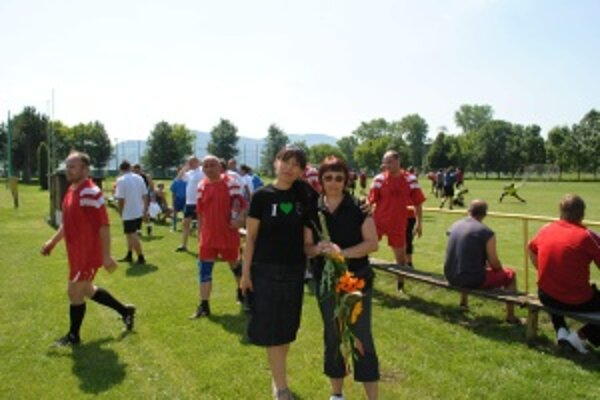 Založili si memoriál. Nesie meno futbalistu Dana Tarabu. Na snímke jeho manželka (vpravo) so starostkou Zuzanou Valockou.