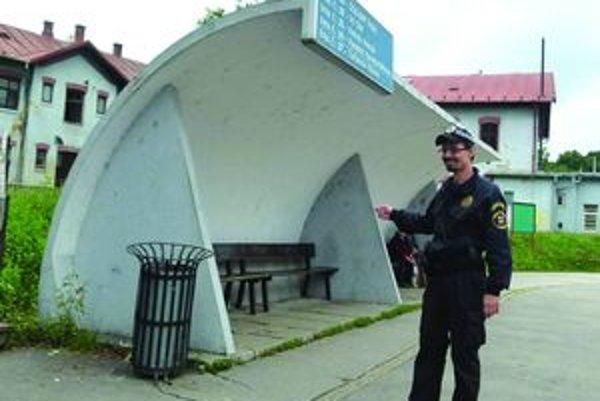 """Čakal na autobus. """"Starší muž sedel na zastávke a ani si nevšimol, kedy začal horieť,"""" ukazuje mestský policajt Ladislav Šlesiar."""