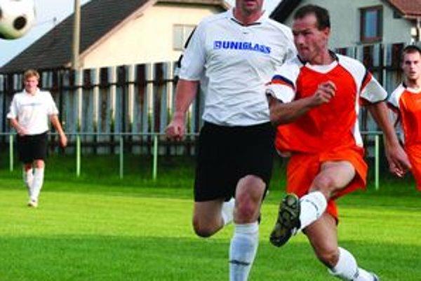 Zdeno Kubatka (v oranžovanom) prispel k víťazstvu M. Čepčína jedným gólom.