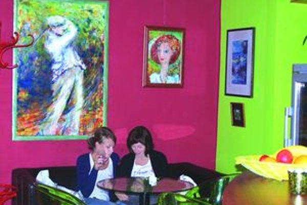 Atmosféra baru s obrazmi M. Komárovej.