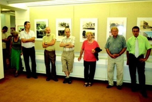 Na otvorení. Slávnostné otvorenie výstavy sa uskutočnilo 18. augusta. Na fotografii zľava zberateľ Marián Repa, fotograf Gustáv Hegedűš, pamätník Ján Bujňák.
