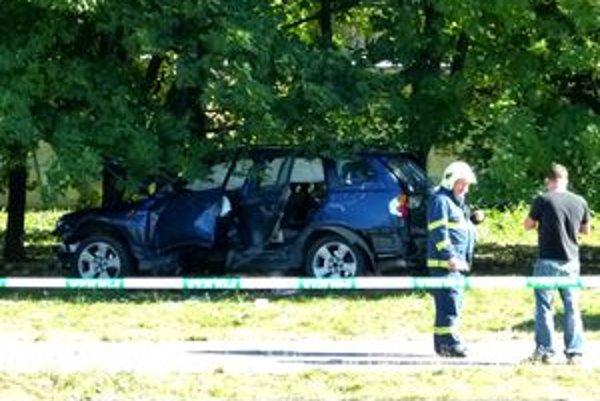 BMW skončilo v strome dvesto metrov od výbuchu.