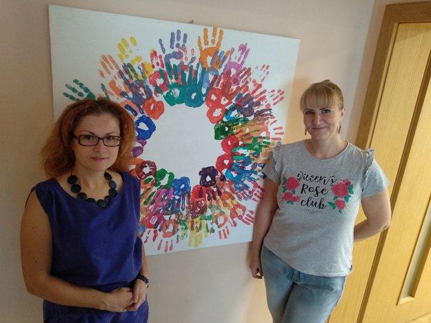 Na snímke návštevníčky Centra pomoci vytvorili obraz, vľavo manažérka centra Ľubica Slatina, vpravo projektová manažérka Štefánia Migová.