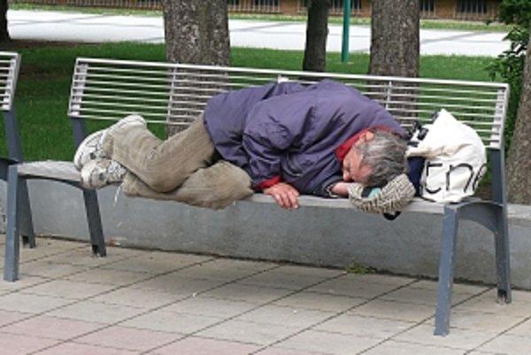Cez zimu už spánok na lavičke nie je možný. Mestá pre obyvateľov bez domova otvárajú nocľahárne.