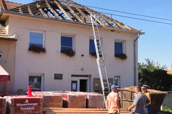 Stará strecha z kultúrneho domu išla dole.