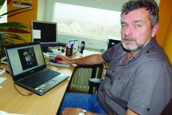 Starosta Turč. Kľačian Miroslav Lamoš má všetkých psov zatriedených v počítači.