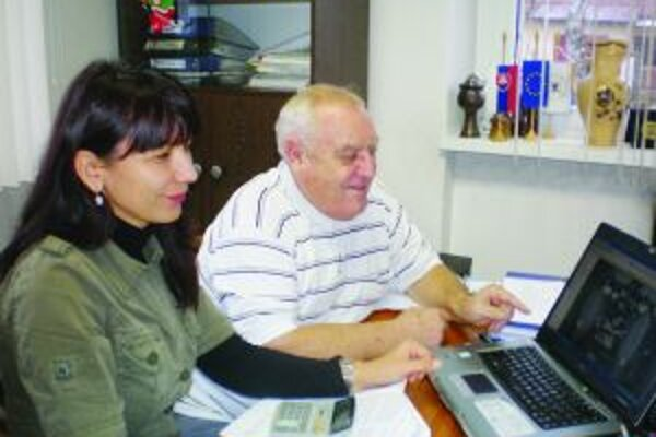 Pri spoločnom diele. Starostka obce Zuzana Valocká so svojim zástupcom Jozefom Fejom listujú v archíve. Organizačne sa na jeho tvorbe podieľal aj Ivan Hulej a dôchodcovia z Denného centra seniorov.