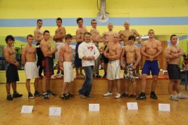 Najlepší mladí siláci si zapózovali s organizátorom podujatia Petrom Vonsom.