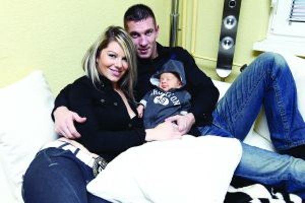 Tomi Kid Kovács s priateľkou Dominikou a malým Kristiánom.