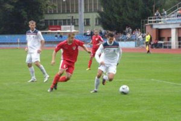 Pri zrode víťazného gólu Dubnice bol Ižvolt (vpravo v bielom), po ktorého prihrávke rozhodol Urban.