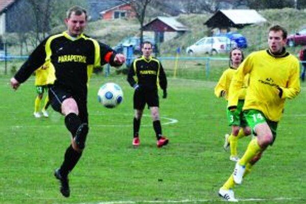 Kapitán Ďanovej Marián Móric strieľa gól na 1:0.