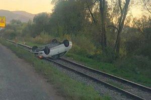 Automobil skončil mimo cesty na železničnej trati.