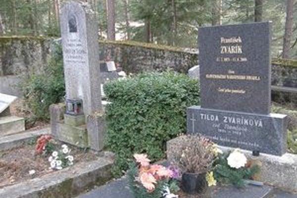 František Zvarík uprednostnil pred hereckými kolegami v Slávičom údolí rodinu svojej matky vo Folkušovej, kam sa prial pochovať.