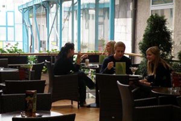 Fajčiari to majú ťažšie. Cigaretu si v reštauráciách zápalia len v oddelených miestnostiach.