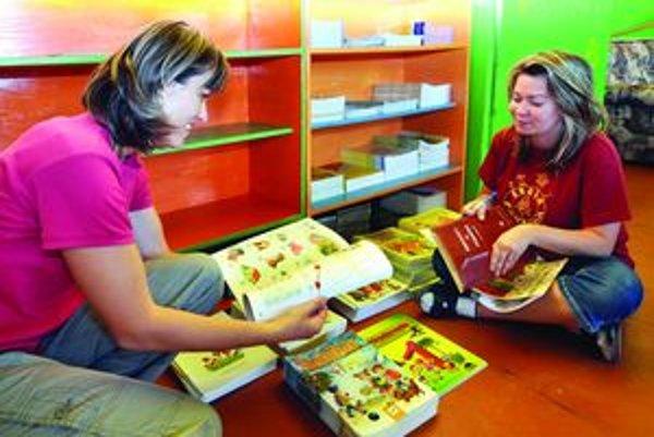 Chýbajú učebnice - nové učivo musia učiteľky učiť zo starých kníh. Nové meškajú dva mesiace.
