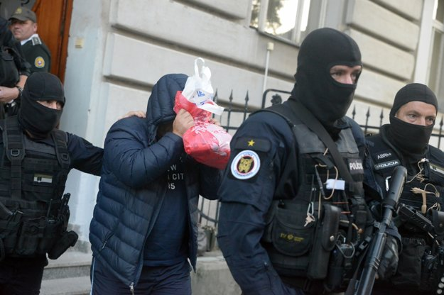 Zoltán Andruskó si pri odchode zo súdu zakrýval tvár.
