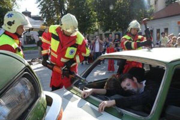 Pri simulovanej dopravnej nehode záchranári ošetrili troch mladých ľudí.